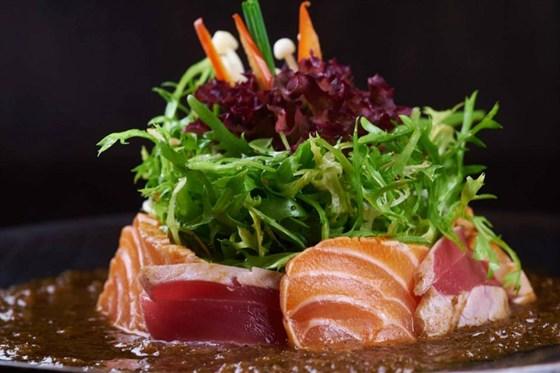 Ресторан Buba by Sumosan - фотография 7 - Салат из двух видов рыб: лосося и тунца с пикантным соусом