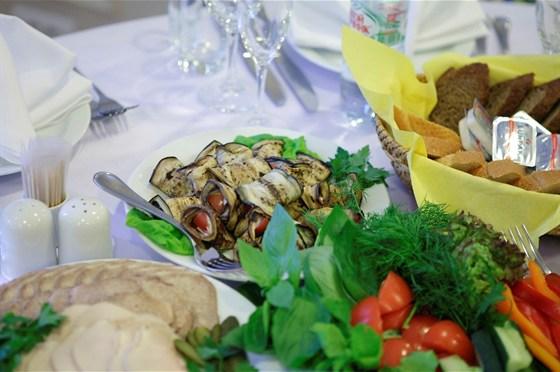 Ресторан Sun Flower-парк - фотография 12 - Банкетное меню - от 2100 руб/чел Свадебный торт с оформлением по Вашему желанию включен в стоимость банкетного меню.