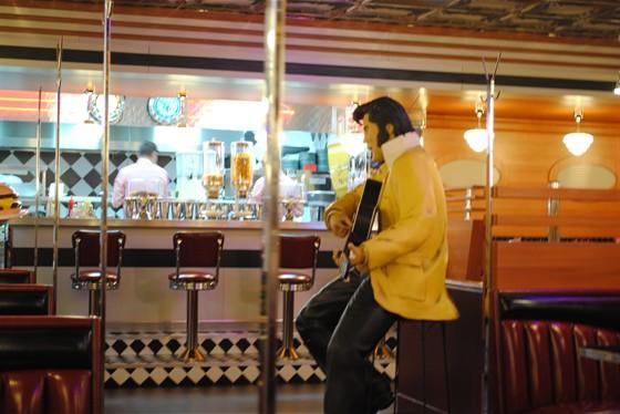 Ресторан Beverly Hills Diner - фотография 14 - Элвис Пресли всё также в ожидании гостей.