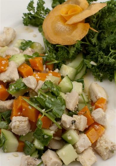 Ресторан Asia - фотография 1 - Салат с курицей и овощами
