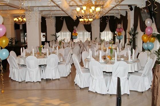Ресторан Теплица - фотография 6 - Уютный банкетный зал. Стиль - классицизм. Оборудован аудио, видио и световой аппаратурой. Готов принять до 90 человек.
