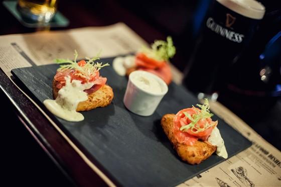 Ресторан O'Hara - фотография 9 - Шотландский лосось с картофельными боксти, копченый на стауте!