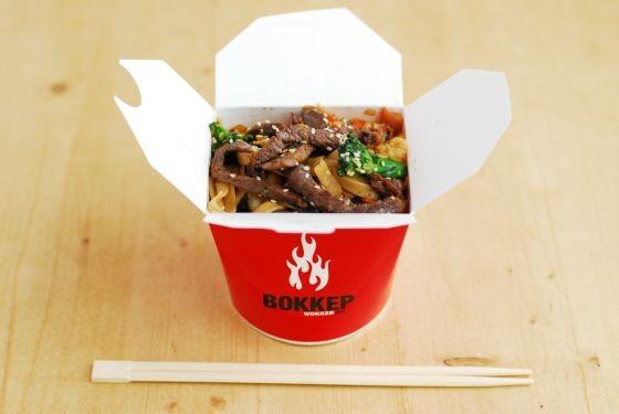 Ресторан Воккер - фотография 30 - Вок говядина в пряно-соевом соусе, пшеничная лапша, 250 руб.