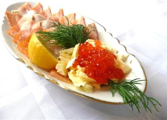 Ресторан Ковчег - фотография 10 - Ассорти рыбное: семга с/с, форель копченая, масляная рыба, икра красная