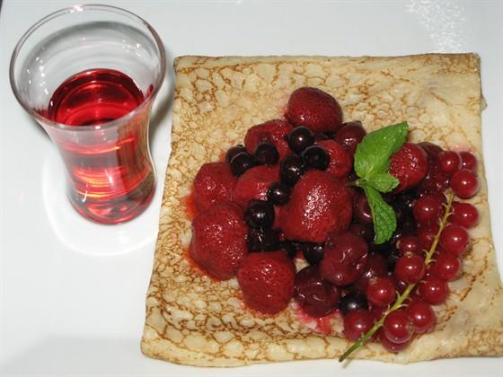 Ресторан Пралине - фотография 15 - Креп с ягодами