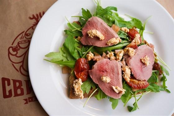 Ресторан Свитер - фотография 7 - Брускетта с утиной грудкой, яблочным чатни и сыром