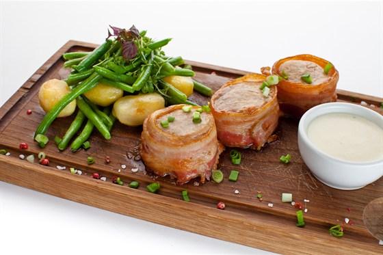 Ресторан Де Марко - фотография 23 - Медальоны из свиной вырезки, запеченные в беконе с гарниром из обжаренного беби картофеля и кенийской фасоли. Подаем со сливочным соусом из ароматного деревенского хрена.