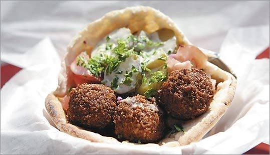 Ресторан Bread & Beef  - фотография 4 - Falfel in pita