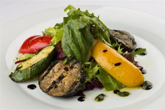 Ресторан Метаморфоз - фотография 12 - Ассорти из овощей гриль и паровых овощей, приготовленных с вустерским соусом