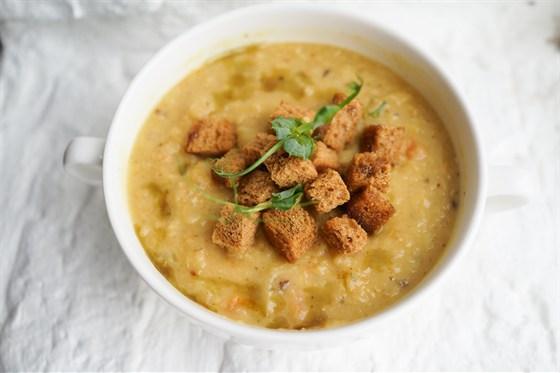 Ресторан Свитер - фотография 8 - Чечевичный суп с гренками