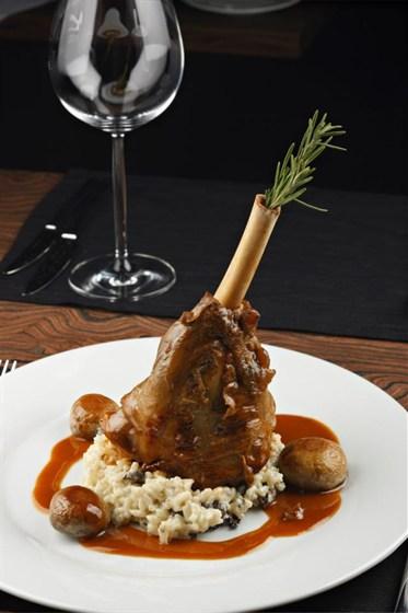 Ресторан Метаморфоз - фотография 6 - Тушеная с травами баранья голень, подается с грибным ризотто и жареными грибами