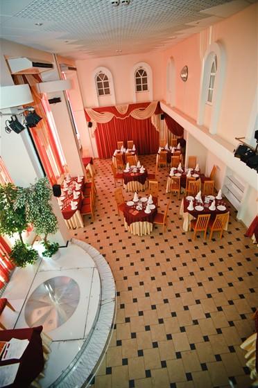 Ресторан Фантазия - фотография 1 - Основной зал обладает самой большой вместимостью – до 100 человек. Интерьер выполнен в роскошной бордово-золотой цветовой гамме. Оказавшись в этом просторном и светлом зале, Вы будете чувствовать себя уютно и комфортно.
