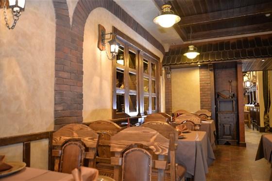 """Ресторан Портос - фотография 5 - Зал """"Винотека"""". Для ценителей французских вин наш ресторан приготовил особенный подарок. «Винотека»  - зал, где Вы можете насладиться уединением и  отличным вином из специального винного шкафчика."""