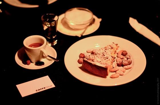 Ресторан Italia - фотография 17 - Бабушкин пирог с кедровыми орешками (150Р), эспрессо (100Р)
