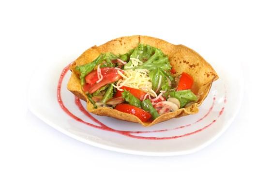 Ресторан Вкуснолюбов - фотография 17 - Салат со свежими овощами и малиновым соусом.