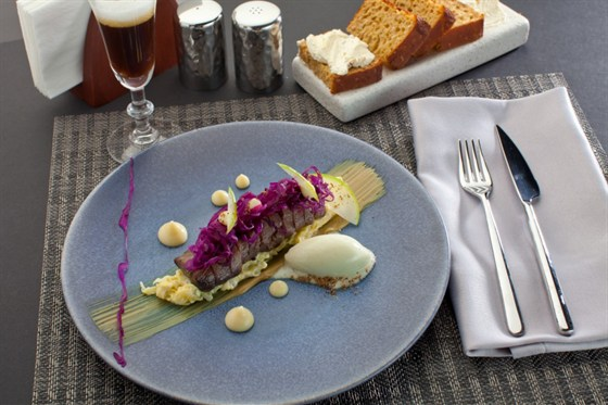 Ресторан Оранж 3 - фотография 7 - Ягненок с можжевельником (530 руб) (ростбиф ягненка,  можжевельник, савойская капуста)