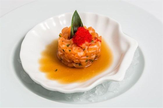 """Ресторан Де Марко - фотография 7 - Тар- тар из лосося- мелко нарезанное охлажденное филе норвеждского лосося с добавлением оливкового масла, декорируется луком порей , икрой тобико и соусо """"понзу"""""""