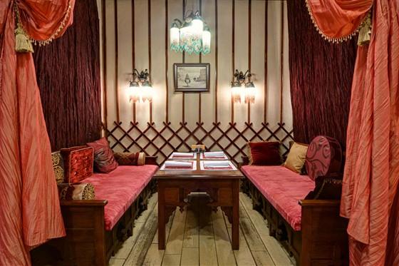 Ресторан Костанай - фотография 8 - Кабинка с мягким диваном!