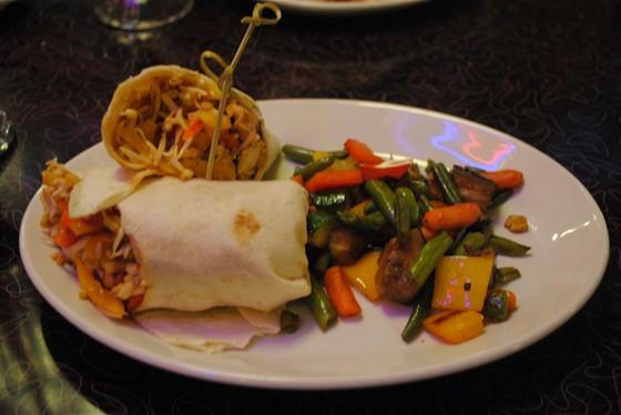 Ресторан Beverly Hills Diner - фотография 10 - Азиатская лепёшка с овощами гриль. Кусочки хрустящей курицы, проростки фасоли, болгарский перец, зелёный лук, кунжутные семечки и Азиатский соус, завёрнутые в пшеничную лепёшку.