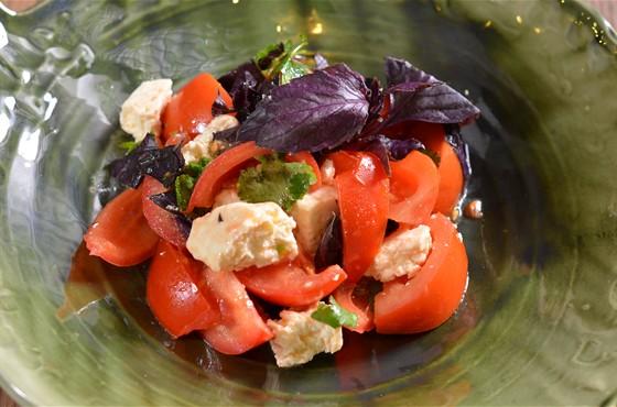 Ресторан Saperavi Café - фотография 18 - салат из бакинских помидор с имеритинским сыром.