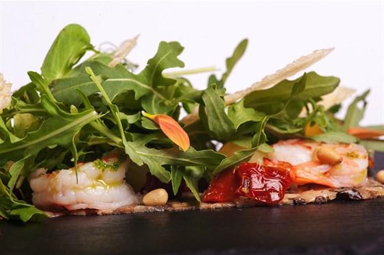 Ресторан 16th Line - фотография 4 - Меню. Карпаччо из белых грибов с маринованными креветками и легким соусом из пармезана.