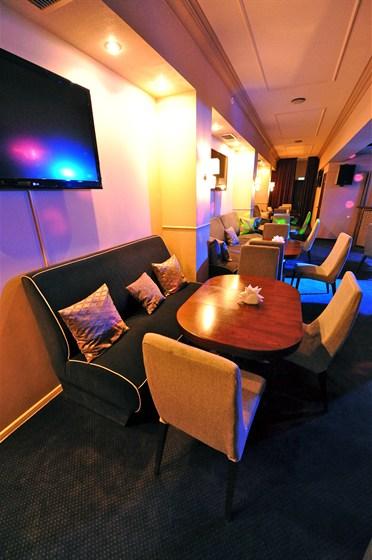 Ресторан Мансарда - фотография 4 - Стильный и удобный зал с хорошим техническим оснащением