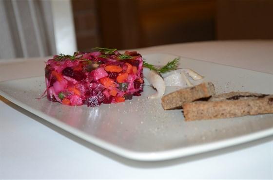 Ресторан Миндаль - фотография 7 - Винегрет с сельдью