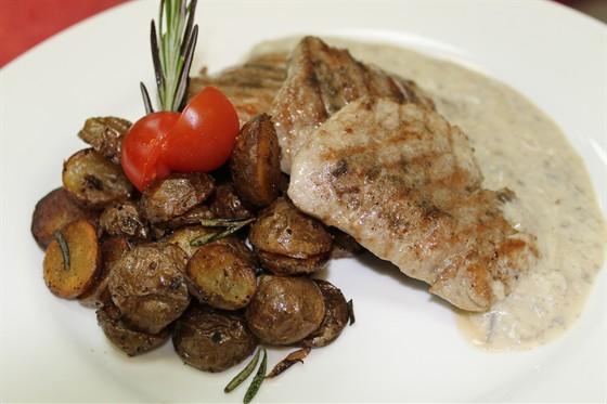 Ресторан Ду-шеш - фотография 12 - медальоны свиные под грибным соусом-с картофелем жареным с розмарином.