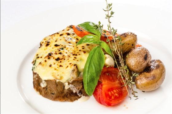 Ресторан Де Марко - фотография 9 - Телятина запеченная с грибами и овощами по-деревенски