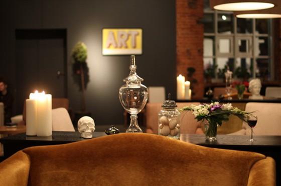 """Ресторан Гараж - фотография 11 - По вечерам в кафе """"Гараж"""" зажигают большие белые свечи"""