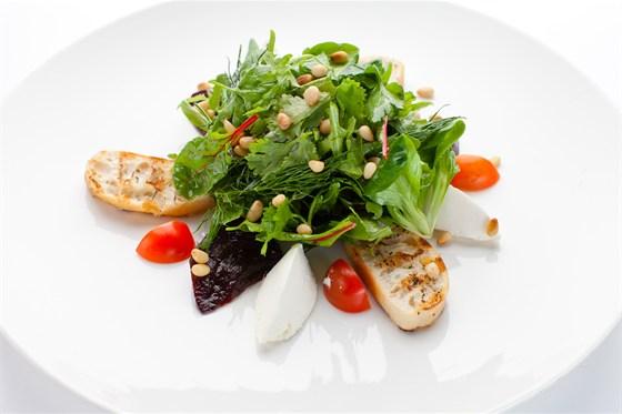 Ресторан Де Марко - фотография 19 - Салат из  ароматной  печеной свеклы с листьями зеленого салата и трав под соусом «Цитронет»,подается со сливочным сыром «крем чиз».