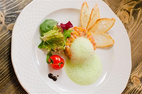 Ресторан Пять два - фотография 3 - Тар-тар из лосося с пеной из лайма