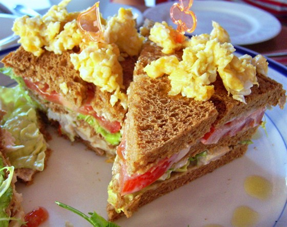 Ресторан У Сальваторе - фотография 11 - Наш завтрак. Очень вкусные сэндвичи с курочкой!