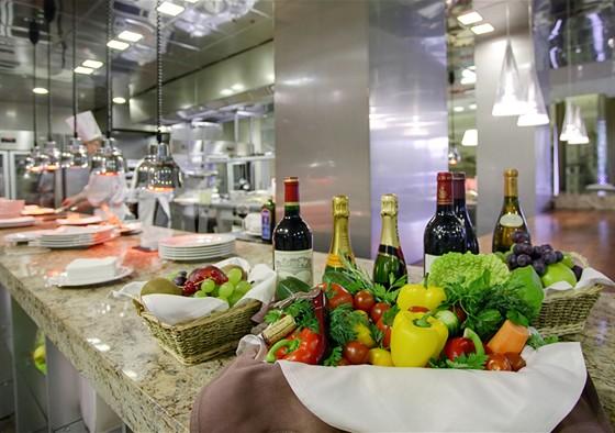 Ресторан Real Food Гриль - фотография 14 - Наличие открытой кухни, где блюда готовятся прямо на глазах у гостей ресторана, превращает простой ужин в захватывающее кулинарное шоу.