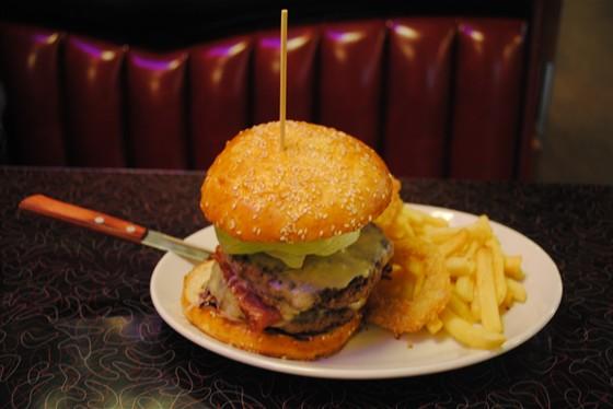 """Ресторан Beverly Hills Diner - фотография 9 - Бургер-башня с картофелем фри и луковыми колечками. Высота """"башни"""" см 12."""