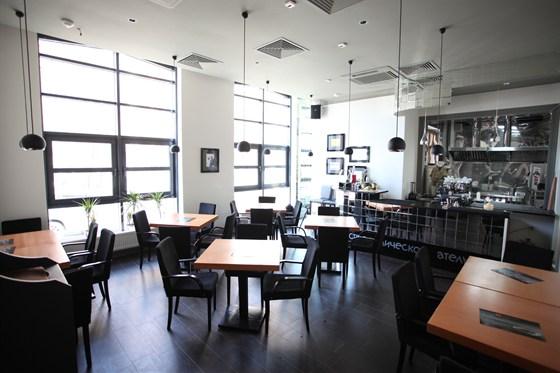 Ресторан Груша - фотография 10 - Зал с открытой кухней в Груше на Новаторов, 1