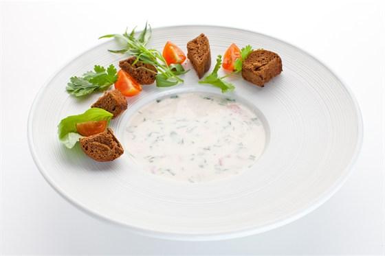 Ресторан Де Марко - фотография 36 - Холодный суп из бакинских томатов бланш, обезжиренного йогурта и зелени кинзы, подается с обжаренным на гриле бородинским хлебом