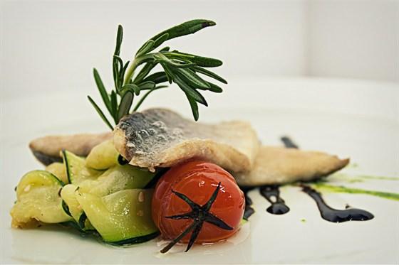 Ресторан Ньютон - фотография 7 - Кухня, Филе сибаса с тальятелле из цукини