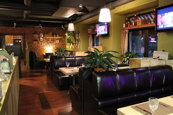 Ресторан Биффиш - фотография 4 - Диваны у окон.