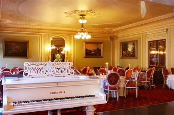 Ресторан Талион - фотография 3 - Под аккомпанемент рояля...