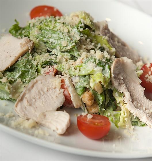 Ресторан Фирма - фотография 17 - Цезарь с курицей (Салат романо, куриная грудка, помидоры черри, соус «Цезарь», гренки, сыр пармезан) 210 гр. 250 руб.