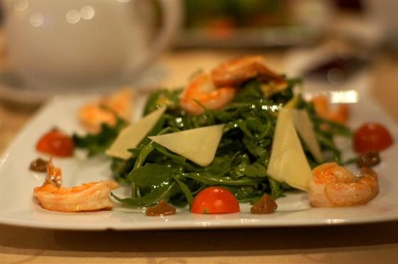 Ресторан Моцарт - фотография 3 - салат руккола с креветками