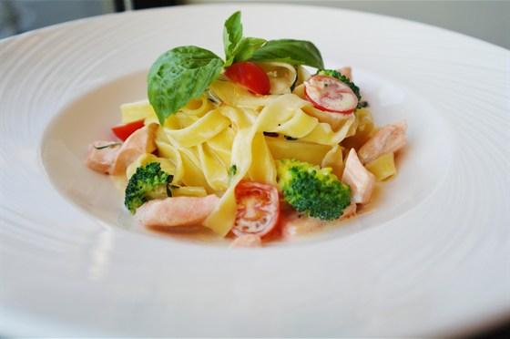 Ресторан Бенуа - фотография 22 - Феттучини с лососем , брокколи и помидорами черри в сливочном соусе.