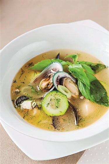 Ресторан Де Марко - фотография 26 - Блюдо неаполетанской кухни приготовленное из охлажденного лосося, окуня, мидий, цуккини, томатов бланш на рыбном бульоне.