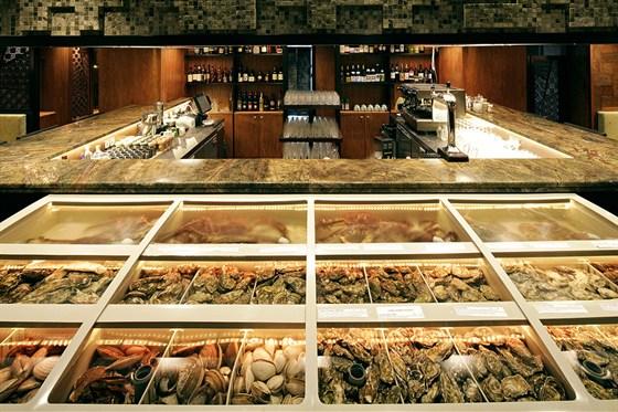 "Ресторан Макото - фотография 10 - Интерьер ""Макото"". Устричный бар."