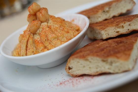 Ресторан Римон - фотография 10 - Хумус с питой