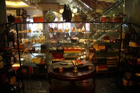 Ресторан Чай-н-арт - фотография 3 - Представленный ассортимент продукции из фарфора, нефрита и антиквариата.