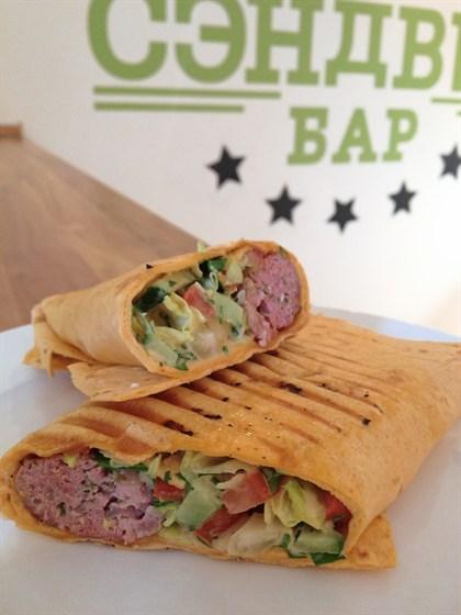 Ресторан Сэндвич-бар - фотография 9 - тортилья с домашней колбаской и свежими овощами