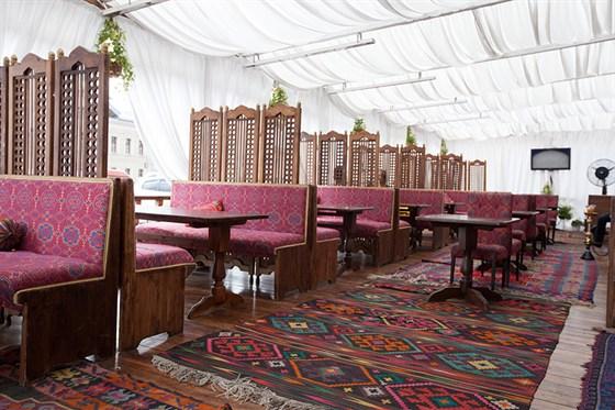 Ресторан Павлин-мавлин - фотография 3 - Летняя веранда