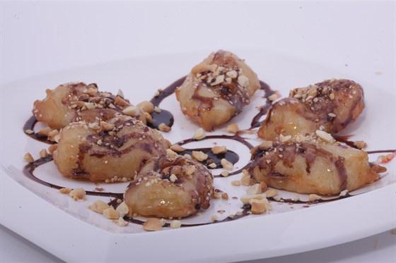 Ресторан Золотой бамбук - фотография 44 - ЧУОЙ ТАМ БОТ Бананы в тесте с арахисом, кокосовой стружкой и карамельным топпингом.